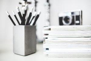 stapel notitieblokken en potloden voor 7 tips om makkelijk leesbare teksten te schrijven